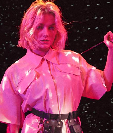 Qui est Astrid S, la pop star norvégienne qui s'associe à Fendi?
