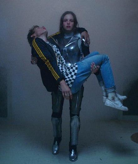 """Armure et grosse soirée dans le nouveau clip de Beck """"Up All Night"""""""