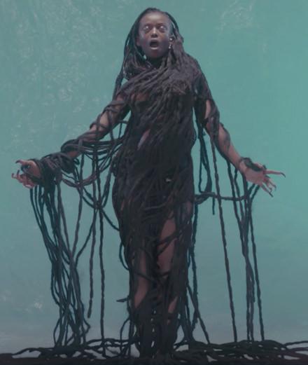"""Kelela éblouit avec son nouveau clip """"Blue Light"""""""
