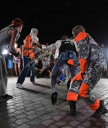"""Boris Charmatz investit la rue avec son nouveau spectacle """"Danse de nuit"""""""