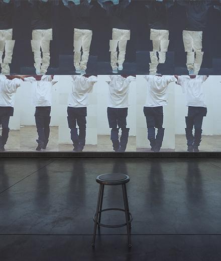 L'immense artiste Bruce Nauman sera exposé par la collection Pinault en 2021