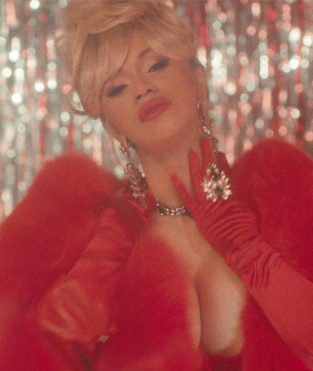 Diamants et pluie de billets pour le nouveau clip rétro de Cardi B
