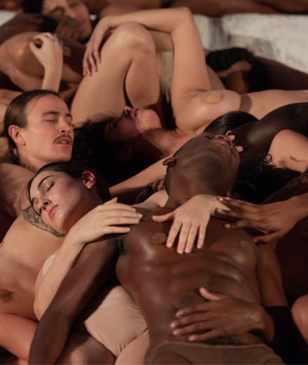 Carlota Guerrero, l'artiste qui entremêle les corps à Art Basel Miami pour Desigual