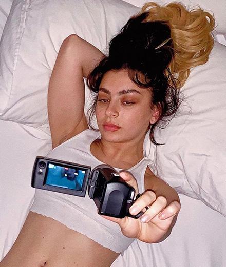 Charli XCX filme la création de son album confiné