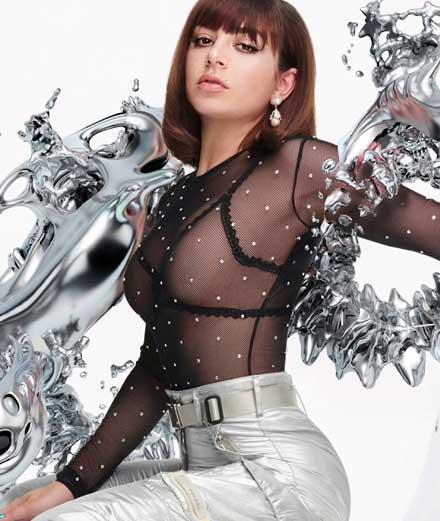 Un titre R'n'B et deux nouveaux clips ultra féministes pour la prolifique Charli XCX