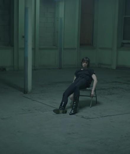 Après une visite au cimetière, Charlotte Gainsbourg fait de la balançoire
