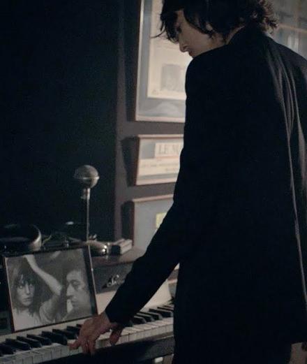 """Charlotte Gainsbourg rend hommage  à son père dans la vidéo de """"Lying with me"""""""