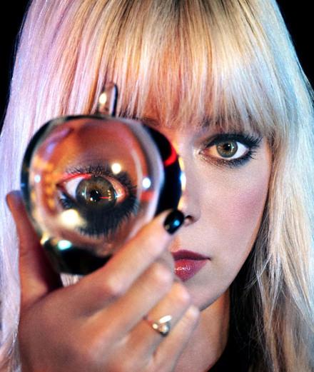 """Disco mélancolique dans le nouveau clip onirique de Chromatics pour """"Blue Girl"""""""