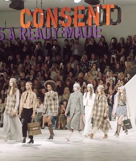 Vidéo: Qui est Claire Fontaine, qui signe le set design du dernier show Dior?