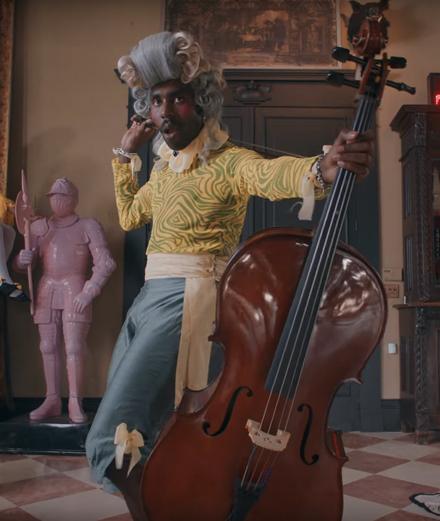 "Blood Orange en violoncelliste rococo dans ""Benzo"""