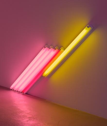 Pourquoi les œuvres de Dan Flavin sont-elles plus que de simples néons ?