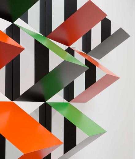 Daniel Buren dresse des pyramides à la galerie Kamel Mennour