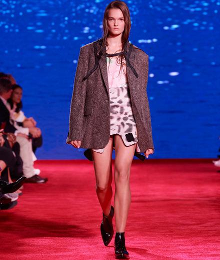"""""""Les Dents de la mer"""" et """"Le Lauréat"""" inspirent Raf Simons pour Calvin Klein printemps-été 2019"""