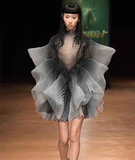 La maison Iris van Herpen célèbre ses dix ans avec un défilé couture évènement
