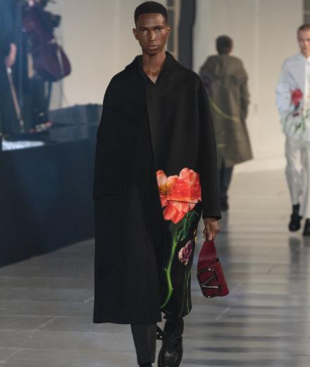 FKA twigs enchante le défilé Valentino homme automne-hiver 2020-2021