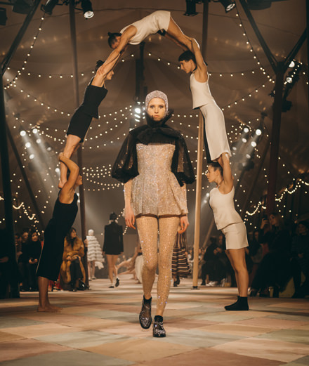 Vidéo :  l'incroyable préparation des acrobates du défilé Dior haute couture printemps-été 2019