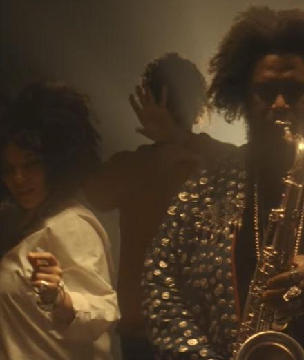 "Sampha, Ibeyi et Kamasi Washington collaborent pour le clip ""Mountains of Gold"""