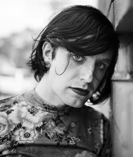 Interview: Ezra Furman, la chanteuse punk derrière Sex Education