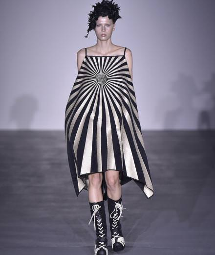 Les looks sculpturaux de Gareth Pugh à la fashion week de Londres