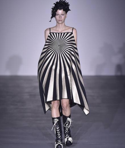 Les looks sculpturaux de Gareth Pugh à la fashion week de Londres
