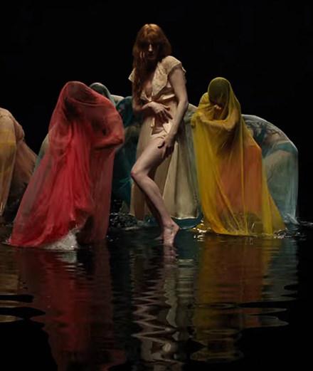 """Florence + the Machine danse dans les ténèbres dans son nouveau clip """"Big God"""""""