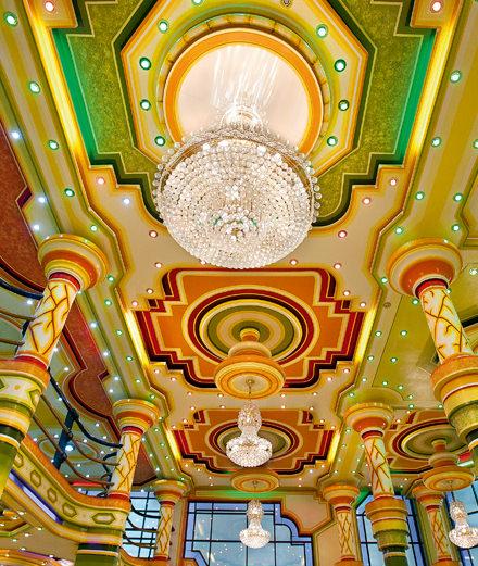 Les incroyables salles de Bal de Freddy Mamani se dévoilent à la Fondation Cartier