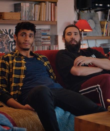 Golden Moustache provoque PornHub dans un court-métrage