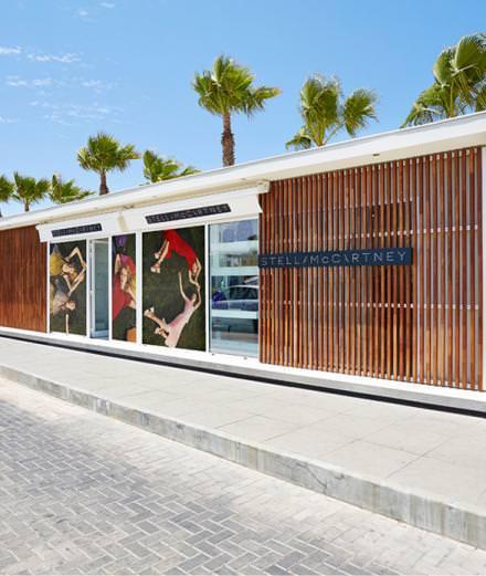 Stella McCarntey s'installe à Ibiza pour l'été