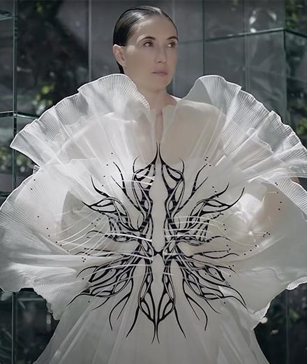 Carice Van Houten se pare de la nouvelle création Iris Van Herpen