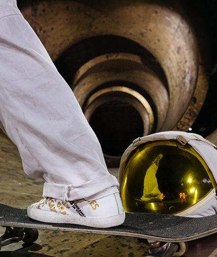 Golden Goose célèbre les dix ans de sa sneaker Superstar en vidéo