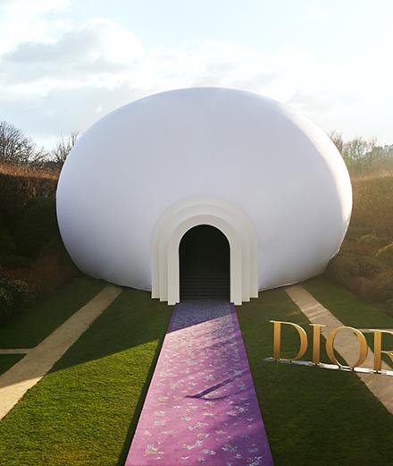 L'artiste Judy Chicago gonfle une sculpture au musée Rodin pour le défilé Dior