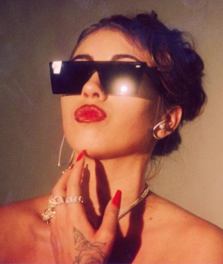 Kali Uchis pleurniche sur du reggaeton