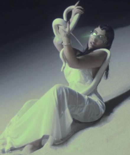 Kali Uchis en croqueuse d'hommes dans son nouveau clip