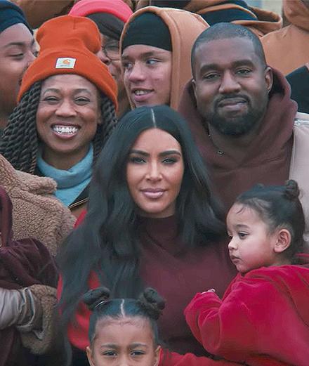 Kanye West réunit femme, enfants et belle-mère au pied d'une falaise