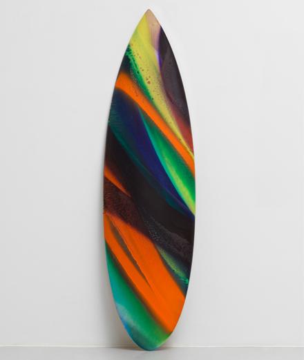 Quelle célèbre artiste a imaginé des planches de surf multicolores ?