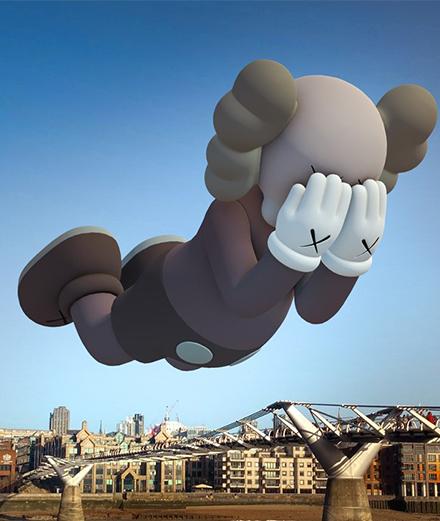 L'artiste KAWS expose ses sculptures chez vous