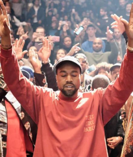Kanye West : prêtre le temps d'une messe à Coachella