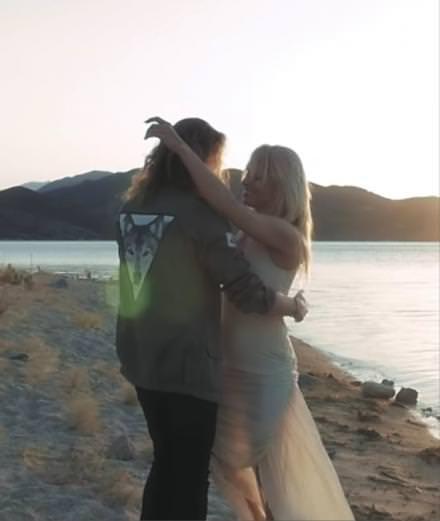 """Julien Doré, sa romance avec Pamela Anderson dans """"Le Lac"""""""
