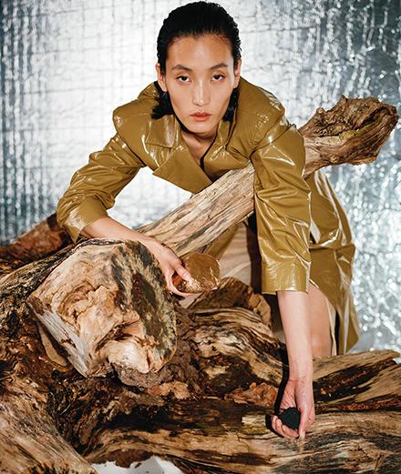 Série mode : Lina Zhang théâtrale pour Kacper Kasprzyk