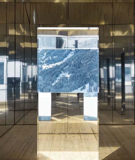 """Doug Aitken installe sa maison """"Mirage"""" au sommet d'une montagne"""
