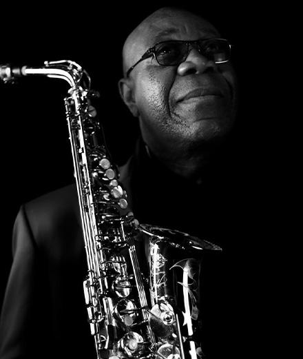 Hommage à Manu Dibango, pape de l'afrobeat et du world jazz