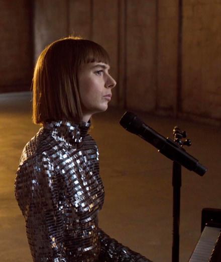 """Avec """"QCC"""", Marie-Flore s'affirme dans la pop française"""
