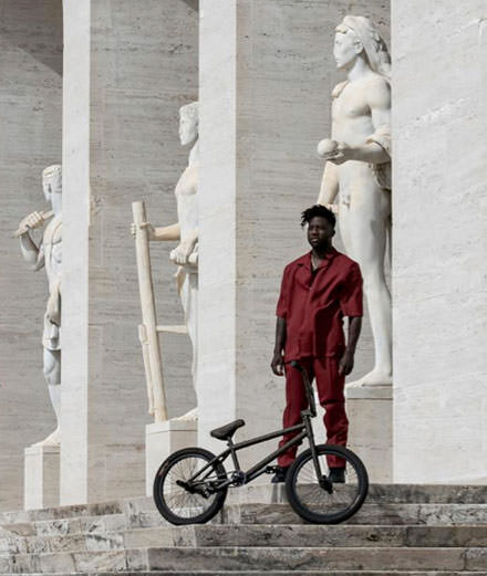 Nigel Sylvester, l'athlète qui ride sur les toits de Rome pour Fendi