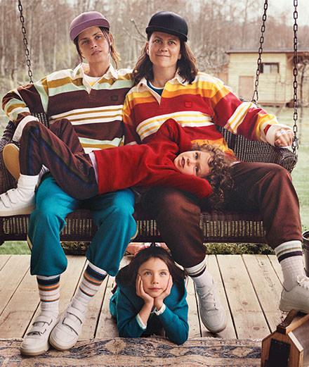 La mannequin iconique des années 90 Tasha Tilberg, sa compagne et leurs enfants posent pour Acne Studios