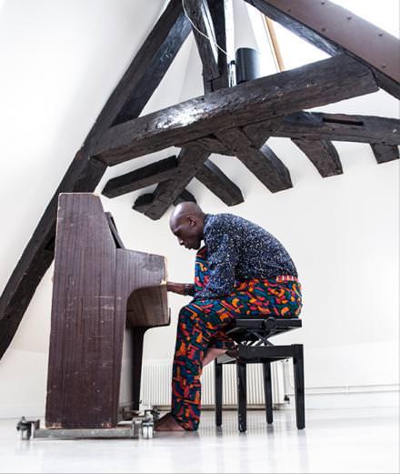 Rencontre avec Oko Ebombo, maître du jazz de rue et virtuose de la danse