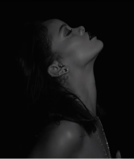 "Rihanna se dénude lascivement dans ""Kiss It Better"""