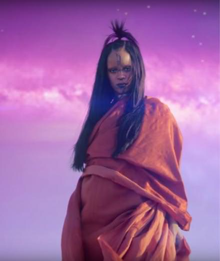 "Rihanna en extraterrestre électrisante dans ""Sledgehammer"""