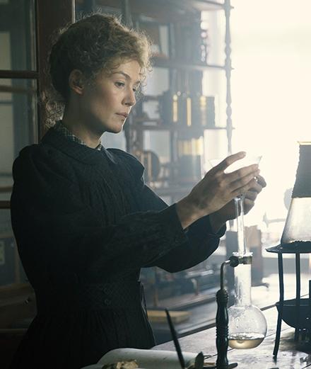 Rosamund Pike en Marie Curie tourmentée