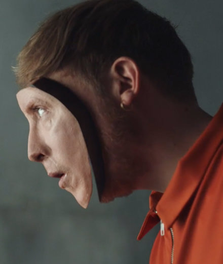 """Eddy de Pretto perd son visage dans son nouveau clip """"Random"""""""
