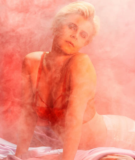Robyn sort un clip volcanique et reprend du George Michael
